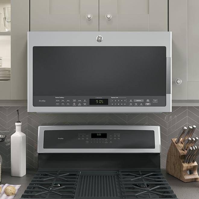 Four à micro-ondes à hotte intégrée GE Profile, 2,1 pi³, acier inoxydable