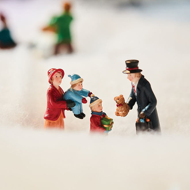 "Village Figurine - Couple with Kids - Polyresin - 2.6"""
