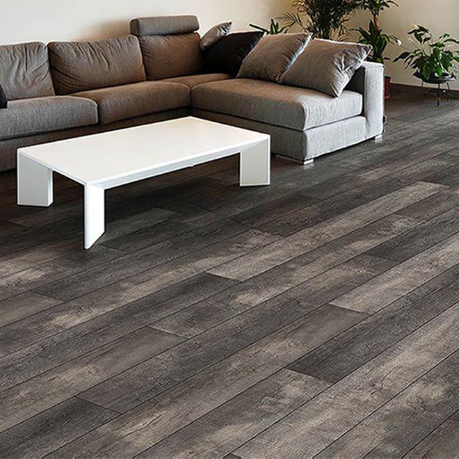 Plancher en vinyle hydrofuge en composite pierre-plastique Mono Serra, aspect bois, gris, degré de brillant faible, 23,95 pi²