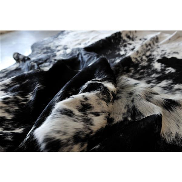Natural by Lifestyle Brands 5-ft x 7-ft Black and White Kobe Cowhide Area Rug