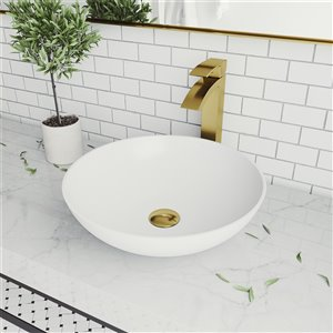 Lavabo de salle de bains blanc mat Lotus de VIGO, robinet or mat, 16 po