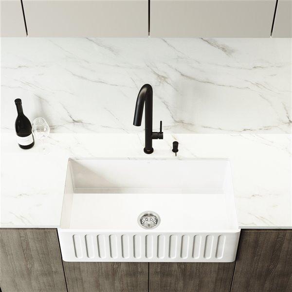 Évier de cuisine blanc mat Matte Stone de VIGO, robinet noir mat, 39 po