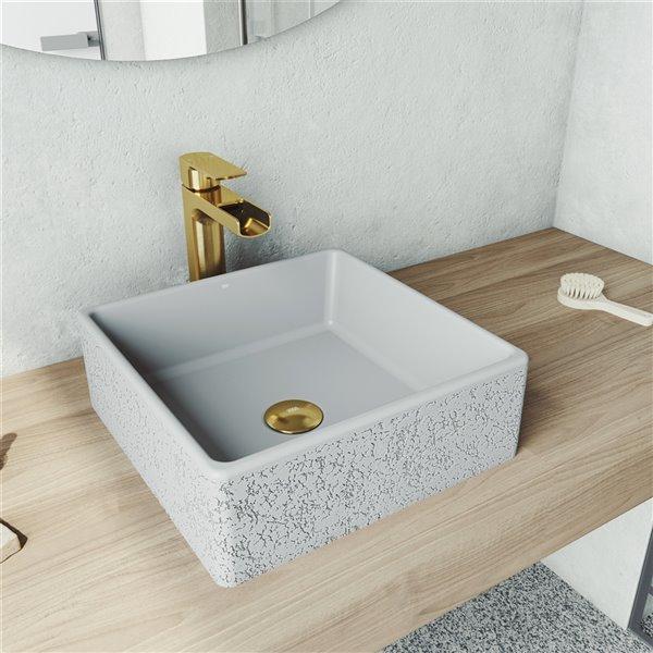 Lavabo de salle de bains gris cendré Aster de VIGO, robinet or mat, 14,5 po