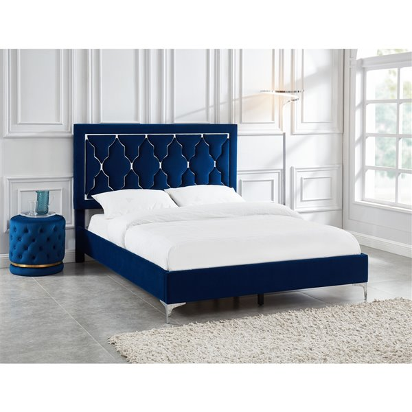 Lit plateforme en velours bleu, grand lit