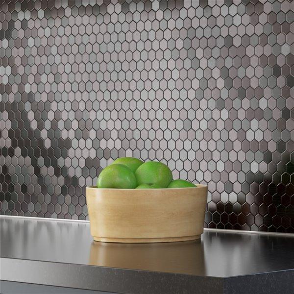 Échantillon de tuile murale autocollante hexagonale Hex II en aluminium couleur acier inoxydable de 4 po de Speed Tiles