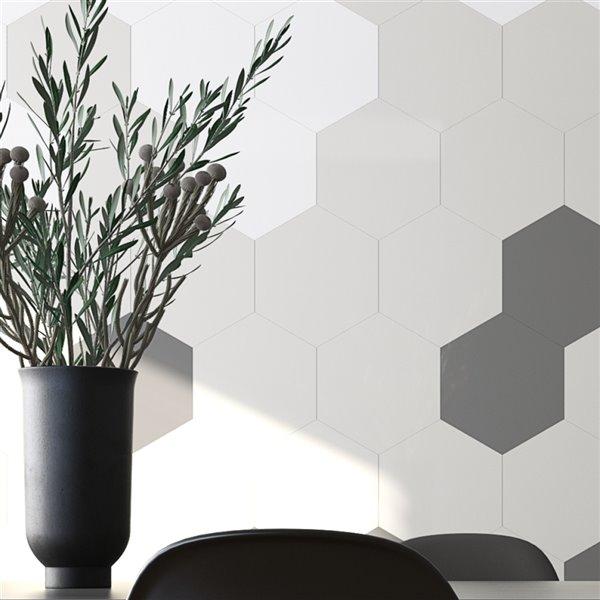 Échantillon de tuile murale autocollante hexagonale Giant en aluminium blanc de 4 po de Speed Tiles