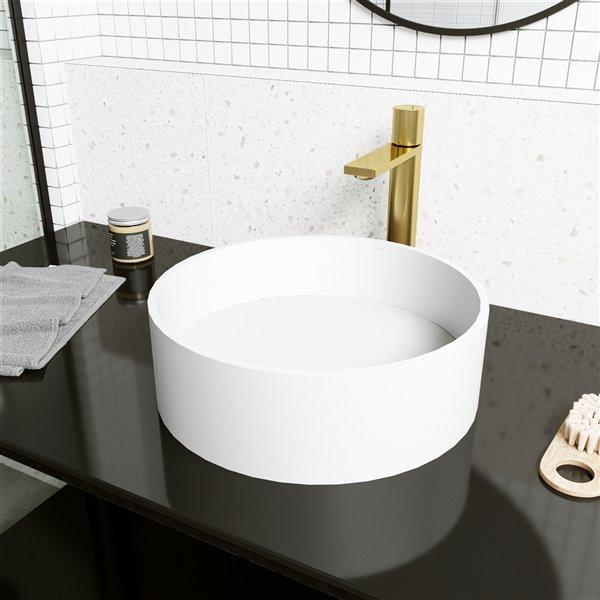 Ensemble de lavabo de salle de bain rond en pierre et robinet en blanc mat Montauk de Vigo (15,13 po x 15,13 po)