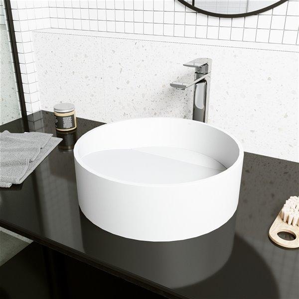 Ensemble de lavabo de salle de bain rond en pierre et robinet en blanc mat Starr de Vigo (15,13 po x 15,13 po)