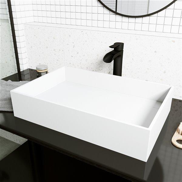 Ensemble de lavabo de salle de bain rectangulaire en pierre et robinet en blanc mat Montauk de Vigo (15,13 po x 23,25 po)