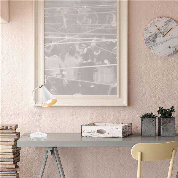 Lampe de bureau standard Emily de Globe Electric, 18 po réglable, blanc mat, interrupteur marche/arrêt et abat-jour en métal