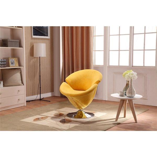 Chaise pivotante Tulip en chrome poli et velours jaune de Manhattan Comfort